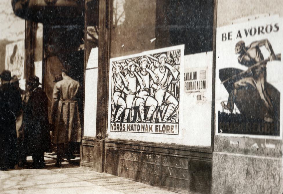 Reklámgrafika, alkalmazott művészet és kőkemény propaganda egybeolvadásának legtökéletesebb felülete a politikai plakát, mely a tanácsköztársaság alatt élte fénykorát Magyarországon. Az avantgárd hivatalos művészeti nyelvvé vált, a kor nagynevű és jelentős tehetségű képzőművészei közül is sokan készítettek plakátokat a diktatúrának Bíró Mihálytól Pór Bertalanon át Berény Róbertig.