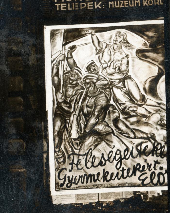 A kommün vértelen, pártegyezségnek köszönhető sikerre jutását a vesztes háború utáni káosz, és az előző nap átadott Vix-jegyzék jelentette különleges pillanat magyarázhatta, vagy - híveinek esetleg - valamiféle vulgarizált kommunista üdvtörténeti szükségszerűség, amely a proletariátust győzelemre vezeti minden objektív körülmény ellenére is. A magyarországi kommunizmusnak ekkor is elsősorban külpolitikaiak (főleg a győztes hatalmak saját szempontjukból sem racionális kíméletlensége) voltak a közvetlen okai, de a nagy világátalakító hevület itthon talált terepet.