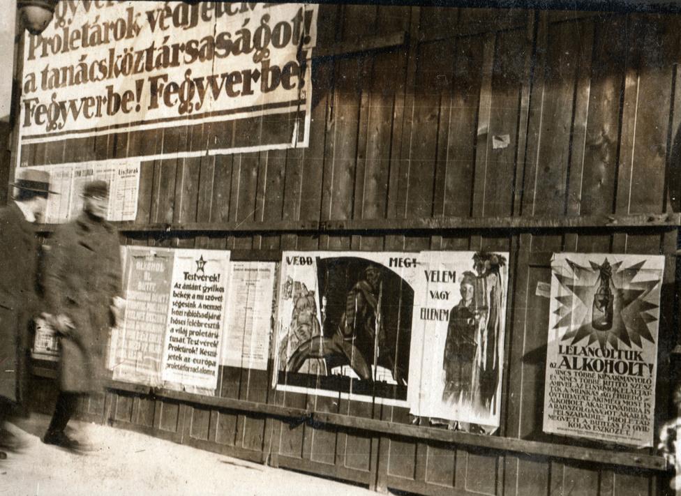 A politika soha nem látott módon kiköltözött a közterületekre. Korábban, az úri világban az soha nem az utcára tartozott, most azonban minden eszközzel és a lehető leggyorsabban kellett megpróbálni megteremteni a rendszer népi legitimitását. Az utcai plakátok nagy része egyszerű üzeneteket, egy mondatos felszólításokat tartalmazott.