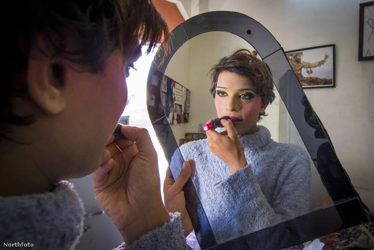 Saját sminkkel, mint például a Mona művésznéven tevékenykedő Alex.