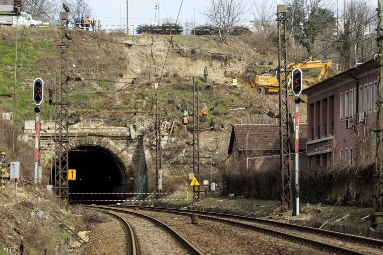 Megkezdődött a Déli pályaudvarra vezető alagút bejárata melletti-feletti támfal és rézsű ideiglenes helyreállítása.A pályaudvar alagútjának Csukló utca felőli bejárata 2015. március 5-én.