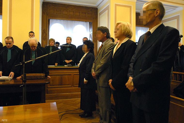 A Globex-ügy vádlottjai 2006-ban a bíróságon (Postáné Vellai Györgyike, a Globex egykori vezérigazgatója és Vajda László, a cégcsoport egyik tulajdonosa)