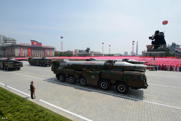 Azonosítatlan típusú rakéta a két Korea közti fegyverszünet 60. évfordulójára rendezett katonai parádén Phenjanban