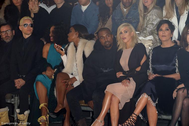 A bemutatón Kardashian anyja, Kris Jenner is ott volt