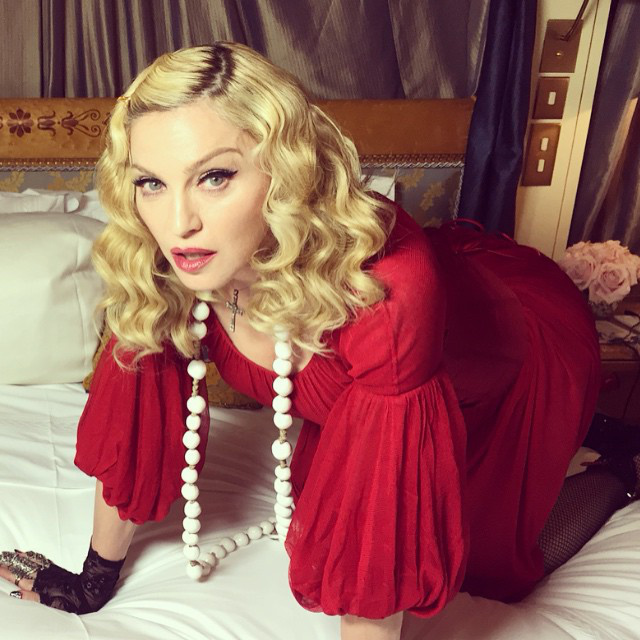 Madonna telefonját továbbra sem kobozta el senki, úgyhogy az énekesnő nem állt le a fura képekkel