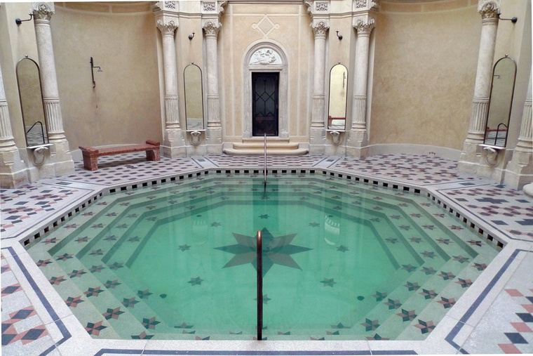 A fürdőcsarnok vízzel...