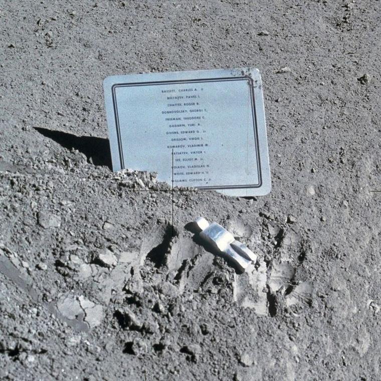1024px-Fallen Astronaut.0