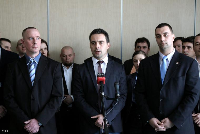Középen Vona Gábor a Jobbik elnöke mellette jobbra Dobó Zoltán polgármester, balra Rig Lajos a tapolcai időközi választáson a Jobbik országgyűlési képviselőjelöltje.