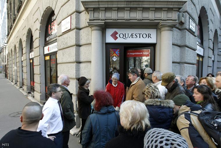 Ügyfelek várakoznak a Quaestor Értékpapír-kereskedelmi és Befektetési Zrt. ügyfélszolgálati irodája előtt az V. kerületi Báthori utcában 2015. március 10-én.