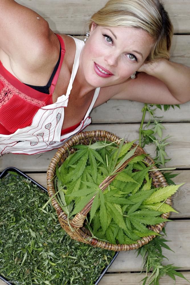 A Watermelon nevet is használja a szőke hajú szakácsnő, a képen megmutatja a legfőbb hozzávalót, a füvet
