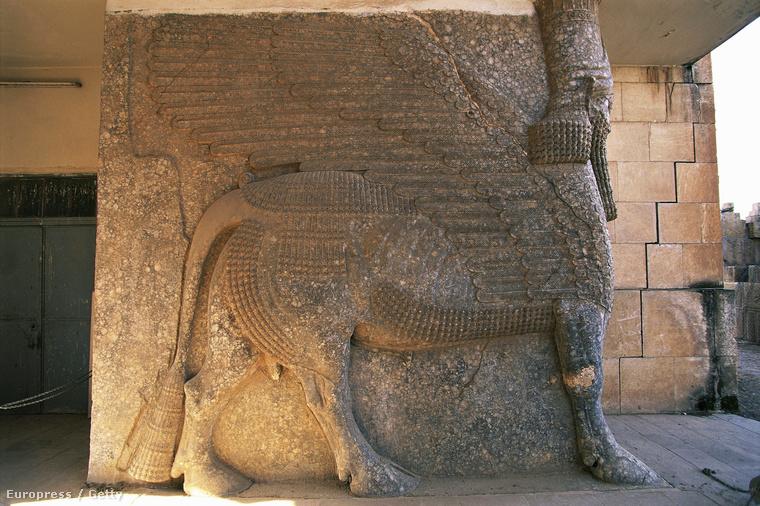 Archív fotó egy szárnyas oroszlánt ábrázoló szoborról Nimrud városában, ahol az Iszlám Állam az elmúlt napokban buldózerekkel rombolt.