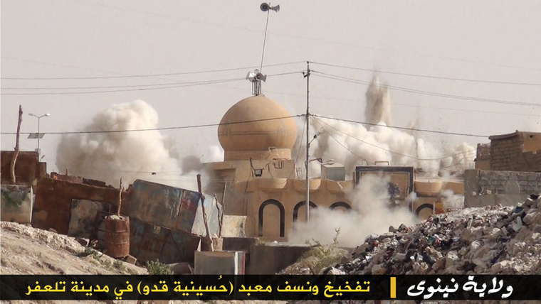 Az IS egyik Twitterén megjelent fotó, amin a dzsihadisták szerint egy iraki mecsetet rombolnak le.