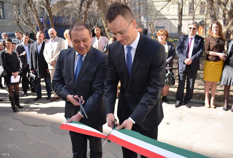A Miniszterelnökség által közreadott képen Szijjártó Péter, a magyar-orosz gazdasági kapcsolatokért felelős kormánybiztos (j) és Tarsoly Csaba, a Quaestor-csoport elnök-vezérigazgatója megnyitja a magyar kereskedőházat Moszkvában 2013. április 22-én, amelyet a magyar állam a Quaestor-csoporttal együttműködve hozott létre.