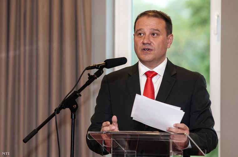 Tarsoly Csaba, a Quaestor-csoport elnök-vezérigazgatója beszél a cégcsoport ETO Park szállójának avatásán Győrben
