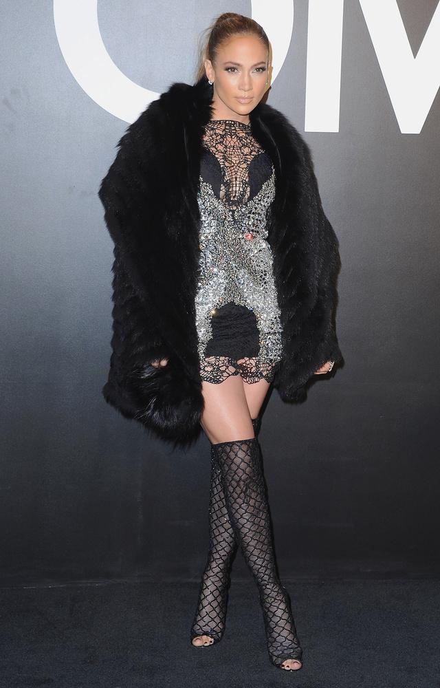 A ribanc szettó is jól áll neki, a bunda, a combcsizma és a csipke miniruha februárban volt rajta a Tom Ford Autumn/Winter 2015 divatbemutatón.
