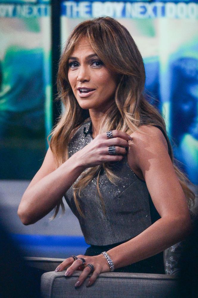 Jennifer Lopez valószínűleg a melltartópántját igazgatja a Good Morning America műsorban,   az ABC Times Square Studiójában