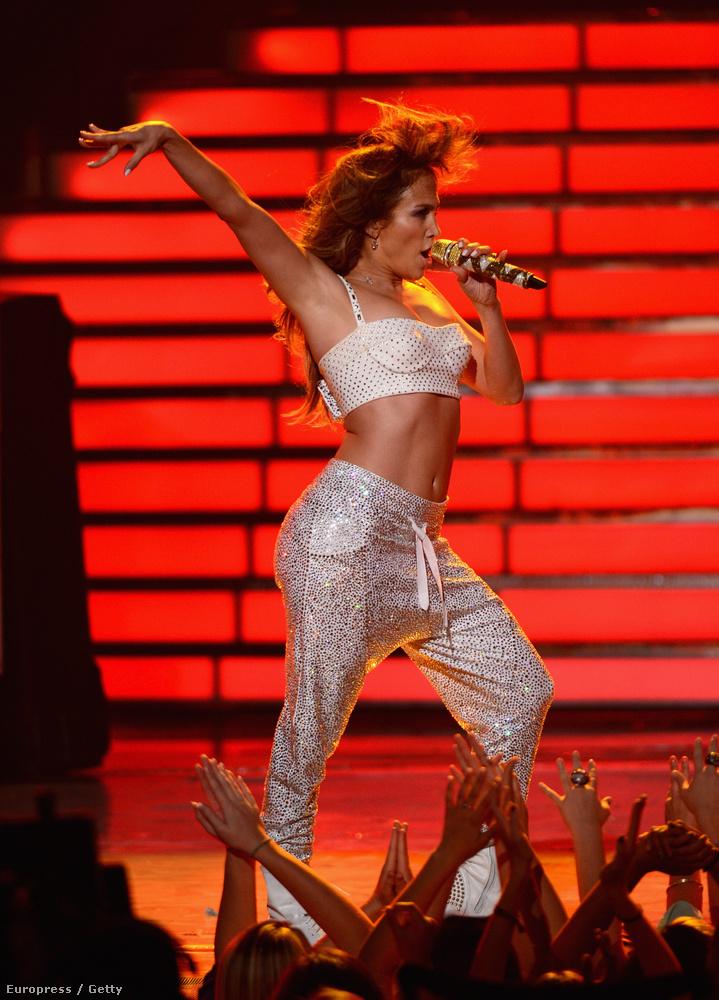 Ismét ugrottunk az időben, de most előre, ez már 2012,és a Fox csatorna American Idol műsorának fináléja, ahol Jennifer Lopez megmutatta tökéletes testét