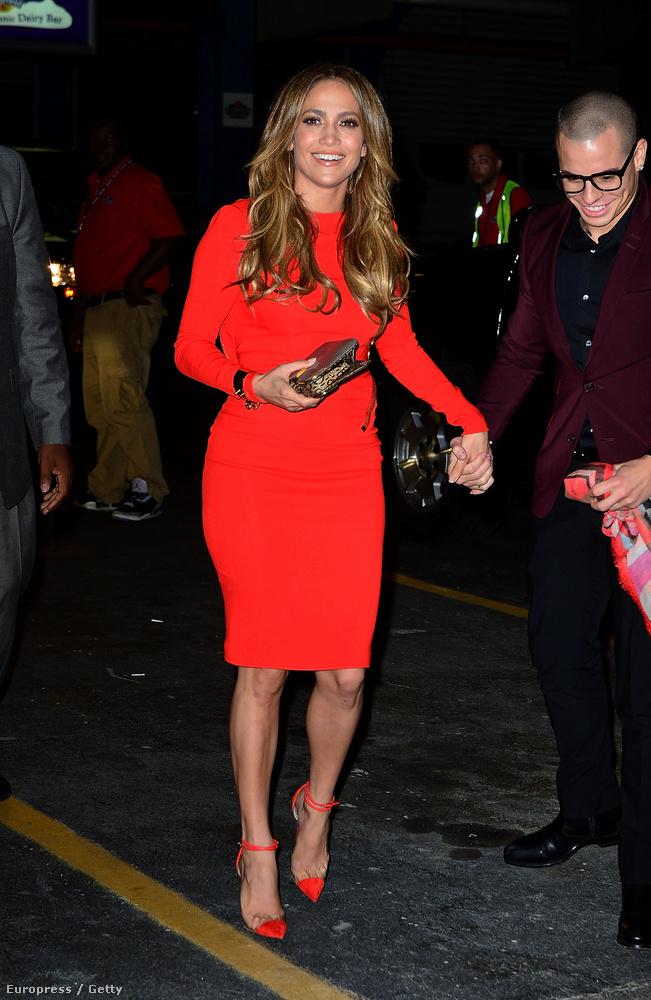 A piros szűk ruha minden nő gardróbjának kötelező darabja, ez a kép 2012-ben készült, akkor is tökéletesen állt rajta a piros.