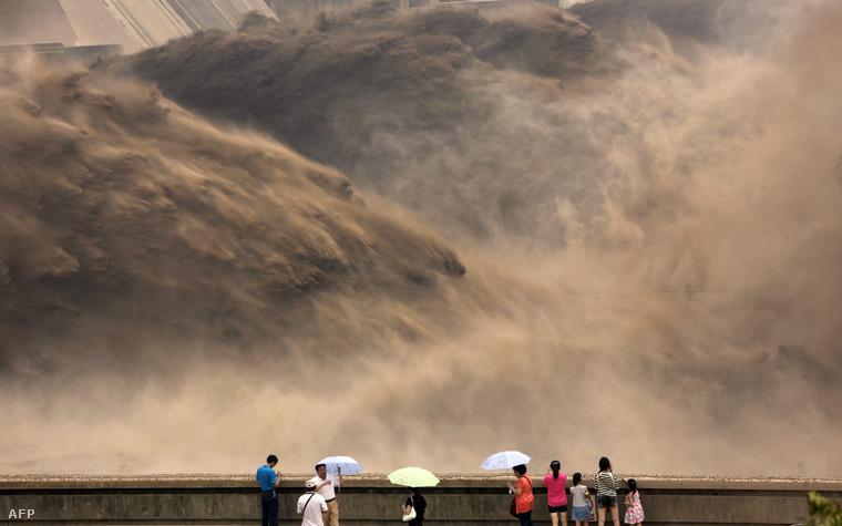 Turisták bámulják a kínai Hsziaolangdi gát megnyitását (2012.)