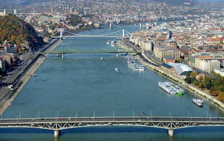 9534 Budapesten az oszi Duna es hidjai