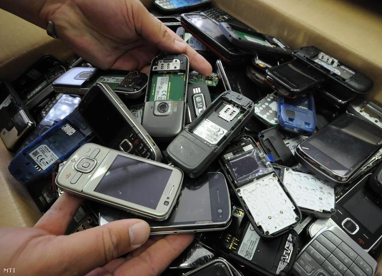 Egy adag egy szombathelyi garázsban talált 8 ezer lopott mobiltelefonból.