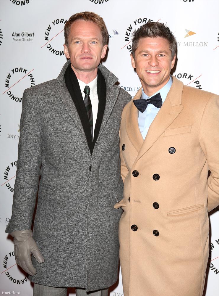 Neil Patrick Harris és David Burtka így érkezett tavaly márciusban a Sweeney Todd című musical bemutatójára