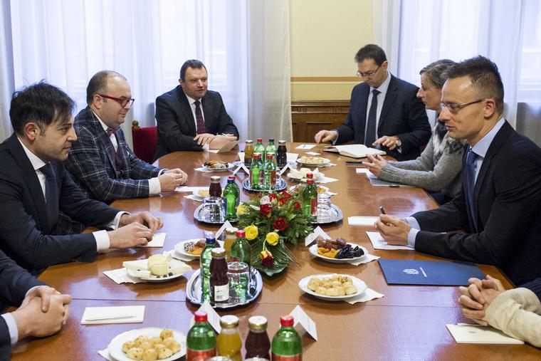 Kiss Szilárd (balra középen) és Szijjártó Péter tárgyalnak egy megbeszélésen