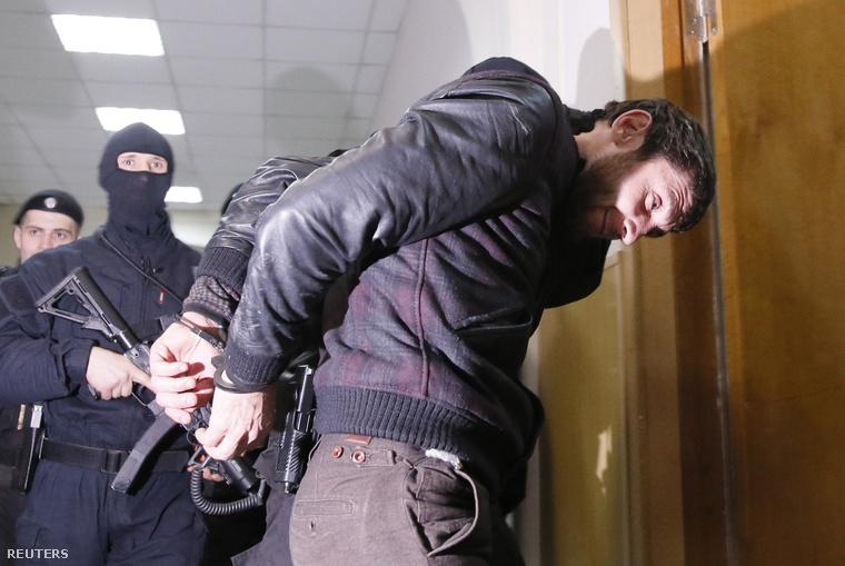 A gyilkosság egyik gyanúsítottját vezetik el orosz kommandósok.