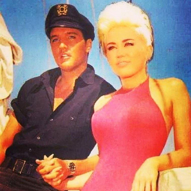 Cyrus különösen szeret már elhunyt hírességekkel együtt lógni