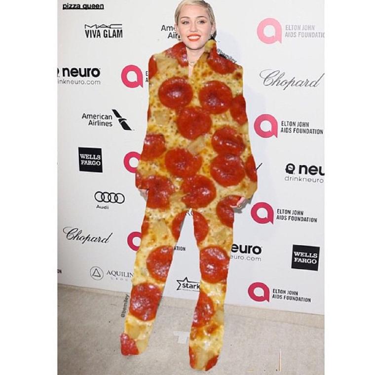 Az már egészen biztos, hogy Miley Cyrus imádja a pizzát, nagyon