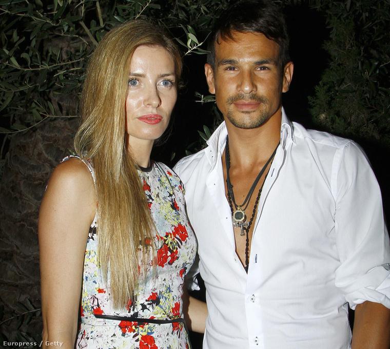 Egyik kezén a felesége, Rocio Escalona látható, a másikon meg ez a kötés, amit mindig visel