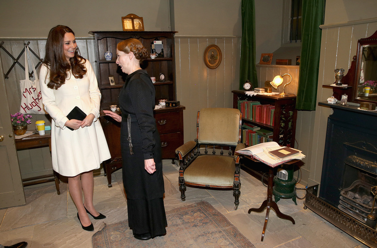 Mrs Hughes (Phyllis Logan) szobáját is megnézte Katalin hercegné
