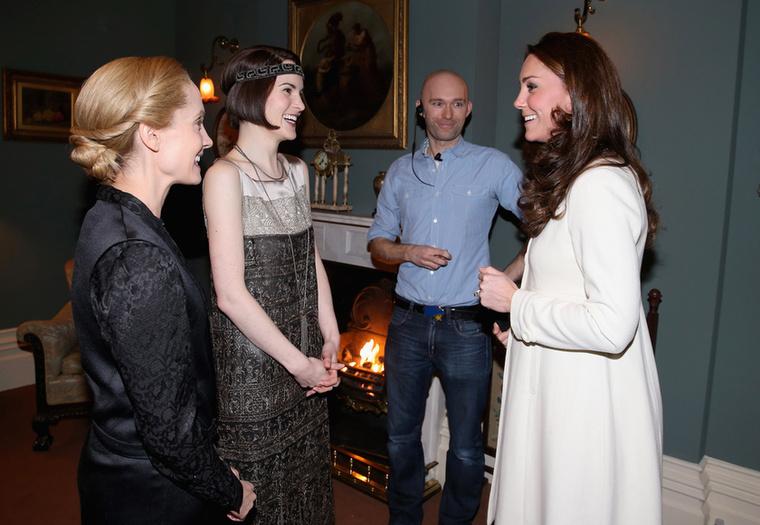Michelle Dockery (Lady Mary Crawley) és Joanne Froggatt (Anna Bates) a kandalló előtt üdvözlik a hercegnét