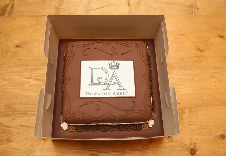 Ezzel a személyes ajándékkal búcsúzunk, ezt a süteményt kapta Katalin hercegné a Downton Abbey stábjától