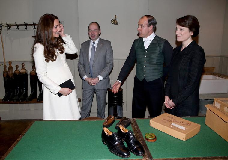 A szoba, ahol az inasok varrják, szabják, javítják az urak felöltőit, cipőit, mindent