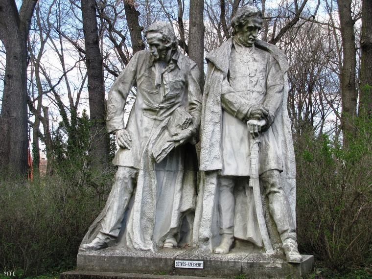 Eötvös József és Széchenyi István szobra a város Szigeterdő nevű természetvédelmi parkjában. A szoborcsoport Horvay János szobrászművész 1927-ben készült Kossuth-emlékművének része. Az alkotás 1952-ig a budapesti Kossuth téren állt. A politikai okokból eltávolított szobrokat 1972-73-ban állították fel Dombóváron.