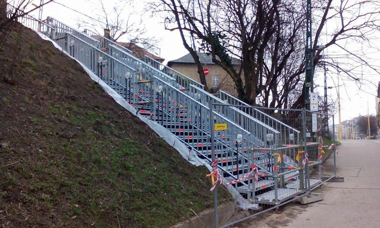 Hétfőtől vehetik birtokba az utasok az ideiglenes villamosmegálló melletti lépcsőt