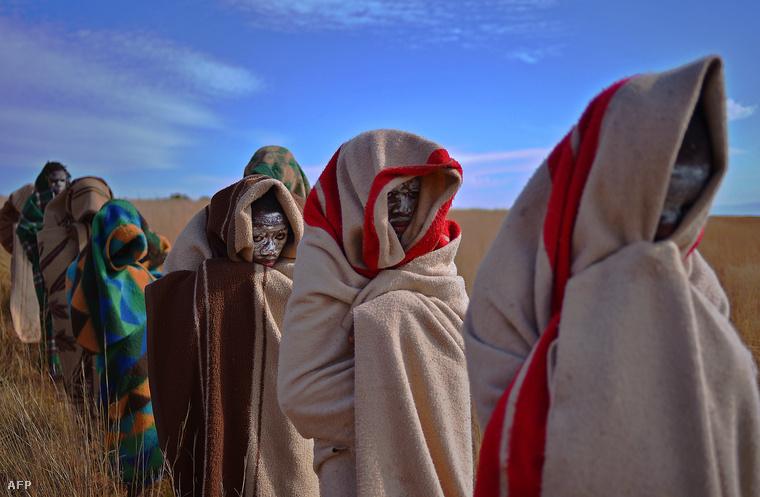 Körülmetélésre váró fiúk Dél-Afrikában