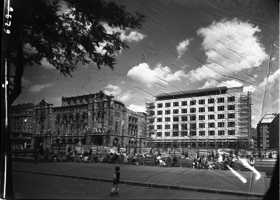 Apáczai Csere János utca a Dunakorzóról nézve. Balra a romos Vigadó, jobbra az épülő UVATERV irodaház