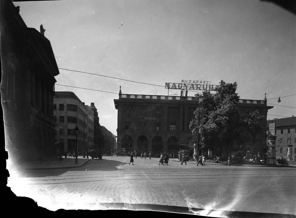 Blaha Lujza tér, balra a Nemzeti Színház, szemben a Budapesti Nagyáruház (Corvin)