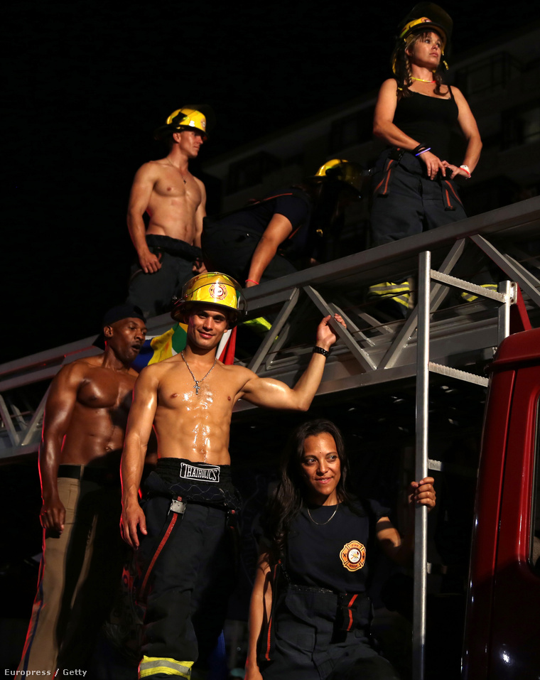 Így vonultak farsangkor a fokvárosi tűzoltók