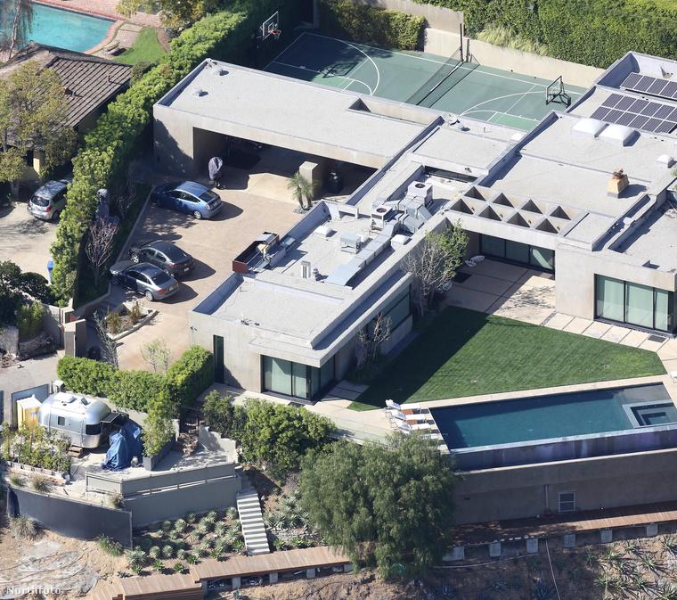...természetesen minden luxussal, ami Hollywood Hills leginkább sztárok és milliomosok által lakott házaira jellemző.