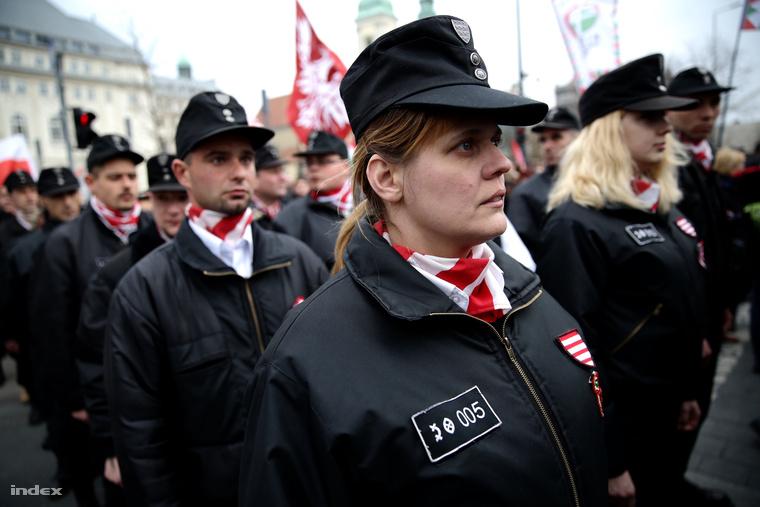 Egyenruhás résztvevők a Jobbik március 15-i megemlékezésén.