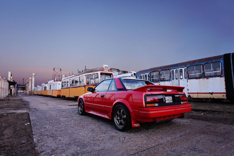 Az MR2 eredetileg nem sportkocsinak készült. A japánok mindössze egy olyan autót szerettek volna, amely egyszerre nyújt jó vezetési élményt és takarékos fogyasztást. A végeredmény pedig – ahogy a neve is mutatja (Mid-engine, Rear-wheel drive, 2-seater) egy középmotoros, kétüléses kis sportkocsi lett, amelyet 1984-ben mutattak be a nagyközönségnek.