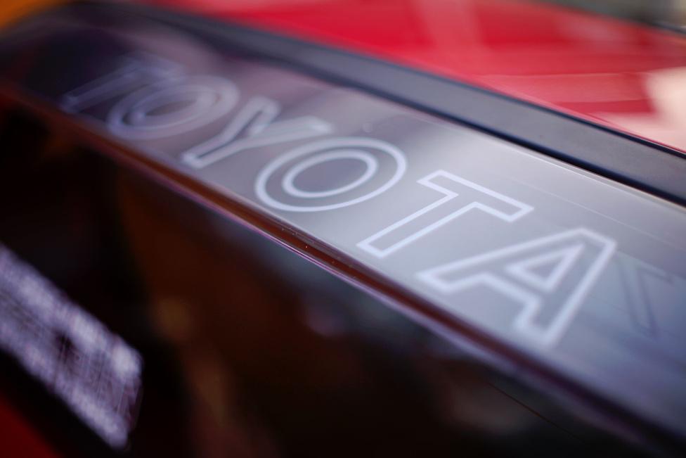 A légellenállás csökentésére tett kísérletek végterméke a hátsó ablak után végigfutó átlátszó spoiler, amely pontosan a hátsó szárnyra tereli a levegőt. Külön érdekesség a rajta lévő Toyota felirat, amelyet a visszapillantóból és a függőleges hátsó szélvédőn tükröződve is rendesen olvashatunk le.