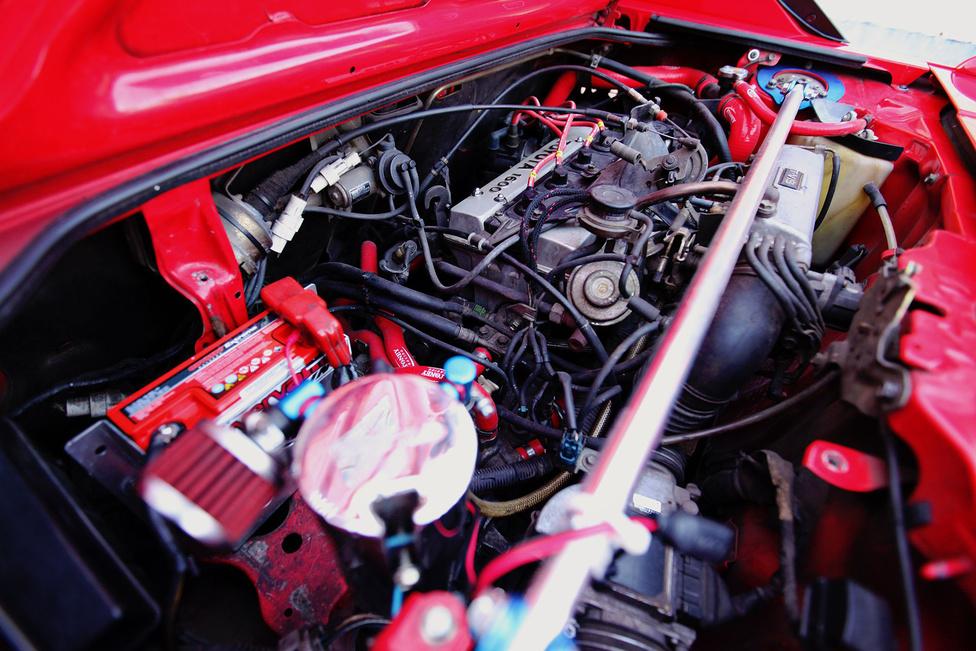 Jelenleg még a gyári 1.6-os, dupla vezérműtengelyes motor dolgozik a Toyota hátsó tengelye előtt. A mostani, eredetileg 124 lóerős erőforrás kapott egy HKS Super Hybrid légszűrőt, egy egyedi Proex rozsdamentes kipufogódobot, Fluidlyne olajhűtőt és rengeteg apróságot, szintén a minőség jegyében.