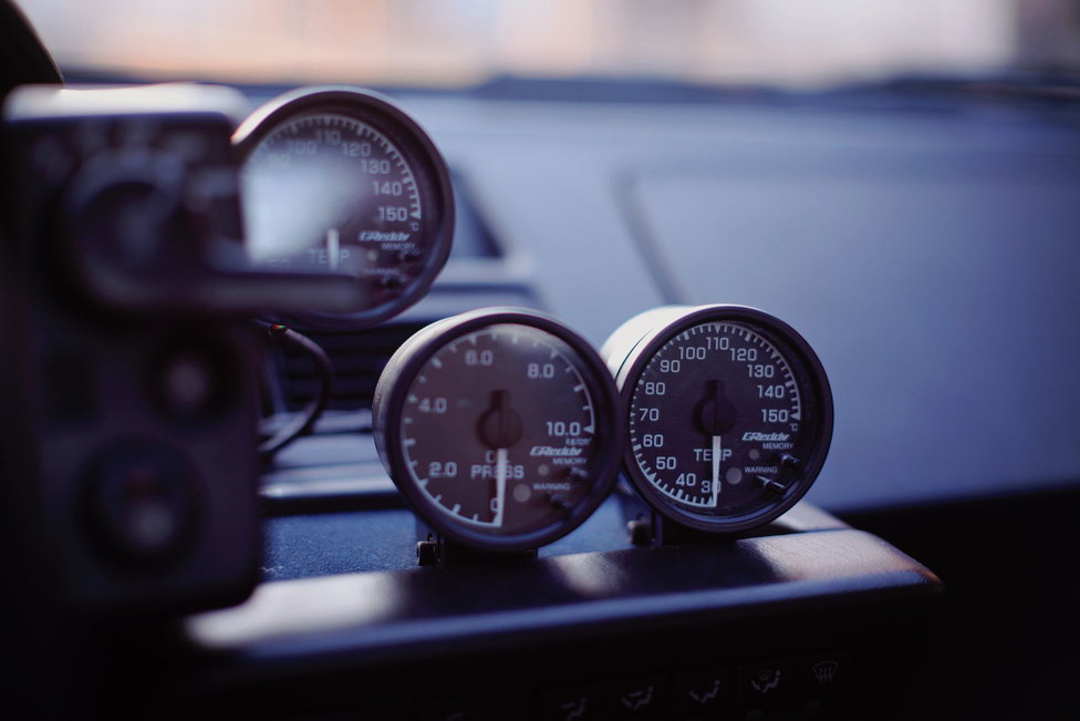 Arról, hogy a motorról az alapvető információkat vezetés közben is megkapjuk, a Greddy olaj- és vízhőfok, valamint az olajnyomás mérő műszerek gondoskodnak.