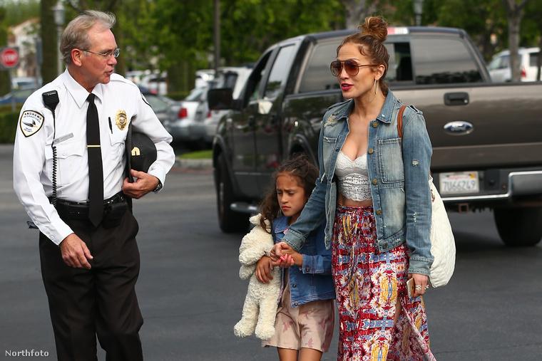 Kaptunk néhány képet Jennifer Lopezről, amelyeken az látható, ahogy az énekesnő elviszi a gyerekeit moziba