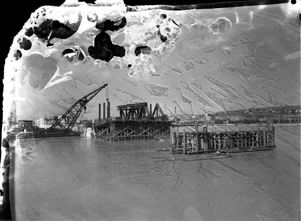 Petőfi híd építése Buda felé nézve