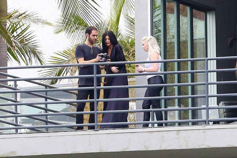 Jó lesz? Jó.                          Amúgy felismeri, hogy ki az a kép jobb oldalán? Kim Kardashian, de annyira lerobbantan néz ki, hogy nem hibáztatjuk, ha nem vette észre